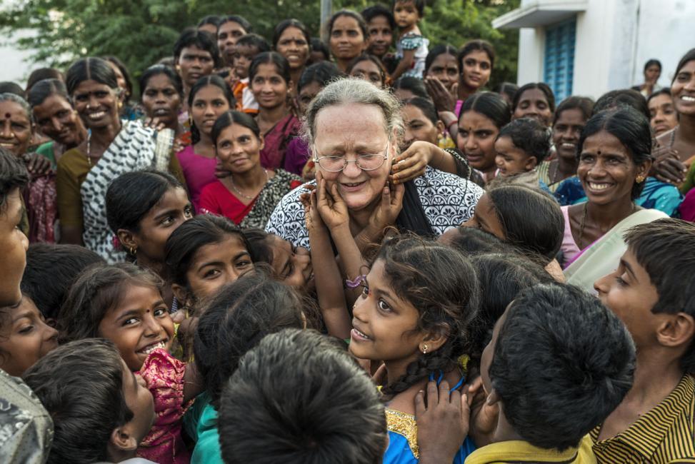 Fotografía de Sofia Moro para Nthephoto. Ana Ferrer viuda de Vicente Ferrer visita un pueblo en la India en el que trabaja la Fundación Vicente Ferrer