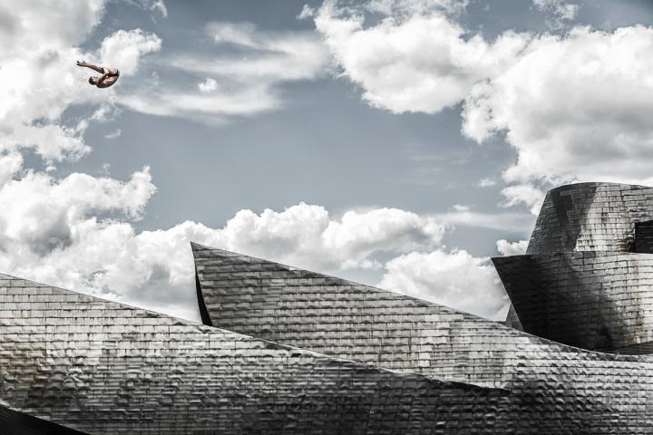 Fotografía de Pedro Luis Ajuriaguerra Saiz para Nthephoto. El saltador polaco Krzysztof Kolanus efectua uno de sus saltos magistrales junto al Museo Guggenheim de Bilbao durante las series mundiales Red Bull Cliff Diving