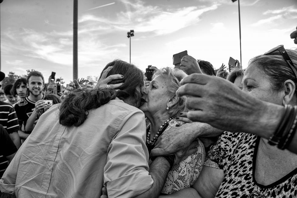 Fotografía de Dani Gago para Nthephoto. Pablo Iglesias saluda a los asistentes a un acto electoral de Podemos.
