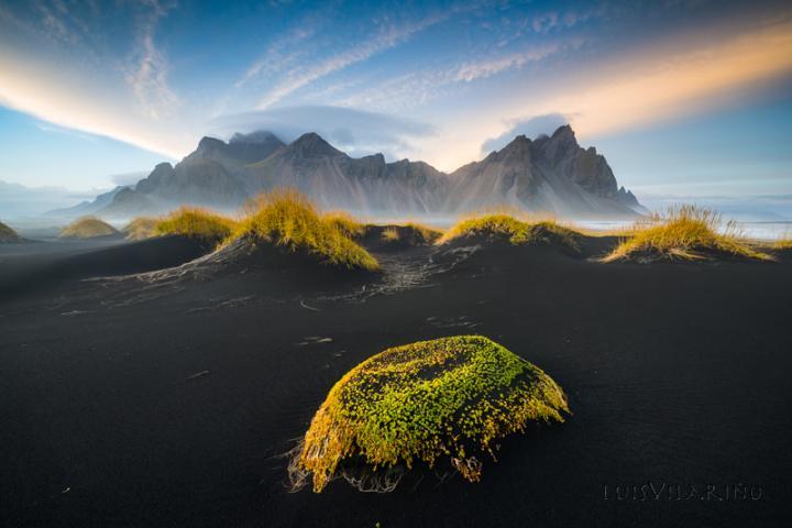 Fotografía de LUIS MANUEL VILARIÑO LOPEZ para Nthephoto. La oscura arena volcánica contrasta con las escarpadas cumbres de la costa islandesa