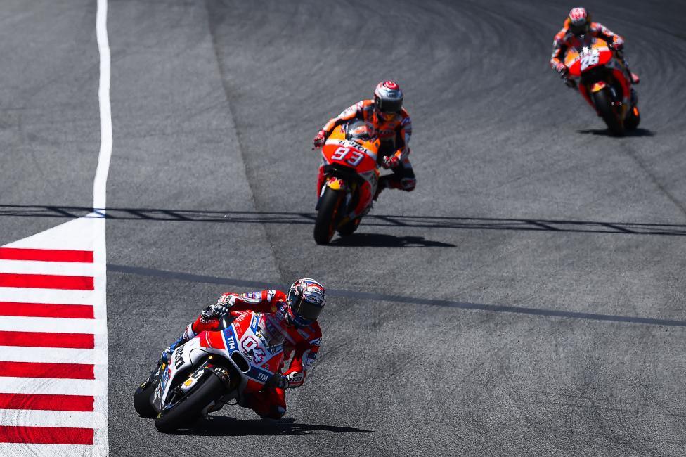 Fotografía de Joan  Cros para Nthephoto. Los pilotos Andrea Dovizioso, Marc Marquez y Daniel Pedrosa, peleando por la victoria en la carrera de MotoGP en el Circuit de Catalunya.