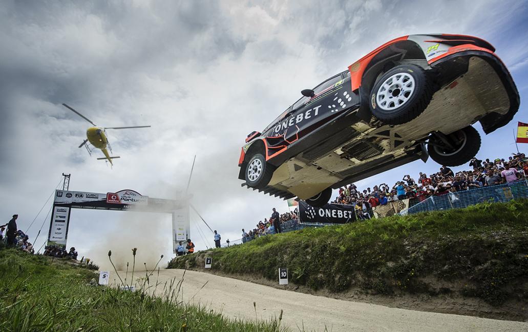 Fotografía de Charly López para Nthephoto. Fotografía tomada durante el Rally de Portugal de 2017 en uno de los lugares más míticos en el WRC, el salto de Pedra Sentada, en el tramo de Fafe.