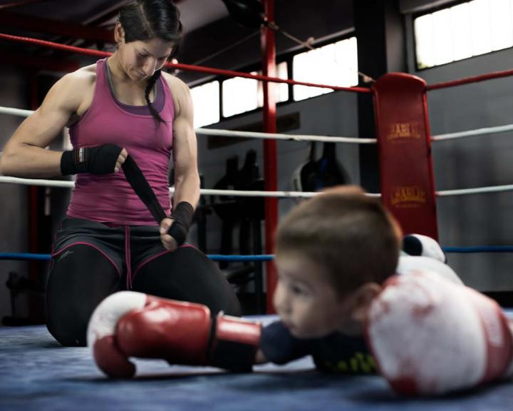 Fotografía de Begoña  Rivas para Nthephoto. Mujeres con los guantes bien puestos. Miriam Gutiérrez, campeona de España peso ligero, entrena en el gimnasio acompañada de su hijo.