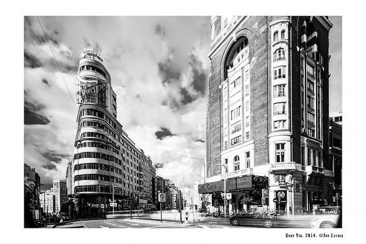 Fotografía de Jon Eztala para Nthephoto. Gran Vía. Madrid. Street Photography. Blanco y negro